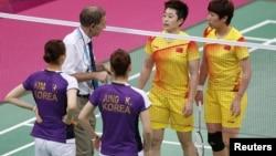 奧運會羽毛球賽的裁判貝格(白衣者)向中國選手于洋和王曉理﹐南韓選手鄭景銀和金荷娜提出干預。