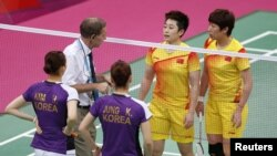 Trọng tài Torsten Berg nói chuyện với các vận động viên Trung Quốc (áo vàng) và Hàn Quốc trong trận đấu cầu long tại Sân Wembley, ngày 31/7/2012