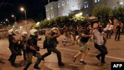 Cảnh sát chống bạo động Hy Lạp đụng độ với người biểu tình bên ngoài trụ sở Quốc hội Hy Lạp ở Athens, ngày 22/6/2011