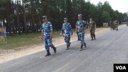 日本担心中俄过于走近。2015年夏季在俄罗斯举行的军事比赛活动中的俄中两国军官。