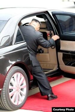 김정은 국무위원장이 18일 오전 평양 순안공항에서 열린 2018평양정상회담 환영식을 마치고 차량에 탑승하고 하고 있다. 평양사진공동취재단.