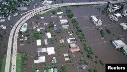 Imagen aérea de la histórica inundación en Cedar Rapids, Iowa en junio de 2008. Partes de la ciudad han sido evacuadas en anticipación a una nueva gran inundación este martes 27 de septiembre de 2016.