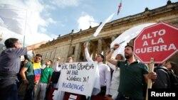 Mahasiswa dan pendukung penandatanganan kesepakatan damai antara pemerintah dan pemberontak FARC dalam aksi demo di depan Kongres di Bogota, Kolombia, 3 Oktober 2016. (REUTERS/John Vizcaino)