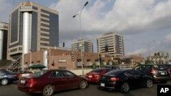 Quelques voitures passent devant le siège de la Société nationale nigériane du pétrole à Abuja, Nigeria, 26 mai 2015.