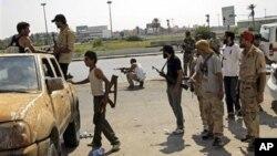 'Yan tawayen Libya suke dannawa ta inda sojoji masu biyayya ga Gadhafi suke a Tripoli.