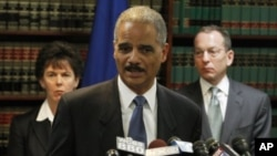 美國司法部長埃里克霍爾德在紐約布魯克林舉行的一個新聞發布會上宣佈逮捕黑社會組織犯罪嫌疑人.