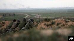 以色列士兵周三守在与加沙的边界附近