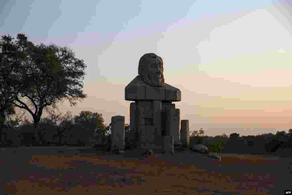 مجسمه نیم تنه پل کروگر، رییس جمهور سابق آفریقای جنوبی در ورودی پارک ملی کروگر. این پارک در سال ۱۸۹۸ توسط او به عنوان منطقه حفاظت حیات وحش تاسیس شد.