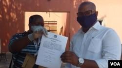 Jornalista Armando Chicoca (dir) e seu advogado Celestino Fernandes (esq)