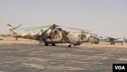 Des hélicoptères d'attaque de l'armée nigérienne sont positionnés à l'aéroport de Diffa, le 2 mars 2016. (VOA/Nicolas Pinault)