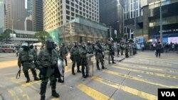 """大批防暴警察星期五(11月15日)下午在中環驅散參與""""和你Lunch""""的市民及示威者。(美國之音湯惠芸攝)"""