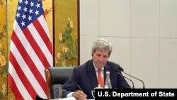 美国总统气候变化事务特使约翰·克里(John Kerry)在天津出席与中国外长王毅的视讯会议(美国国务院提供照片)