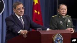 Menteri Pertahanan Amerika Leon Panetta (kiri) dan Menteri Pertahanan Tiongkok Liang Guanglie dalam konferensi pers bersama di Pentagon, Washington D.C. (7/5)