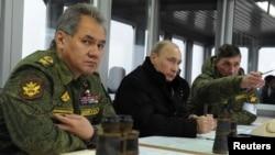 Menhan Rusia Sergei Shoigu (kiri) dan Presiden Vladimir Putin (tengah) memberikan pernyataan di Moskow (foto: dok).