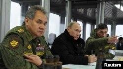 Tổng thống Nga Vladimir Putin, Bộ trưởng Quốc phòng Sergei Shoigu (trái) xem một cuộc diễn tập quân sự ở Kirillovsky.