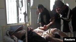 Những người bị thương được chữa trị tại một bệnh viện sau vụ nổ bom tại một buổi lễ của người Hồi giáo Shia ở Dera Ismail Khan, trong vùng tây bắc Pakistan, 25/11/12