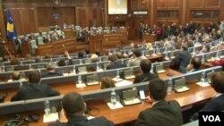 Sednica kosovskog parlamenta na kojoj su usvojeni zakoni o transformaciji KBS (Foto: VOA)