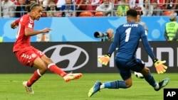 یوسف یوراری، مهاجم سرخ پوش دنمارک حین ضربه زدن به توپ که به گول علیه تیم پیرو انجامید.