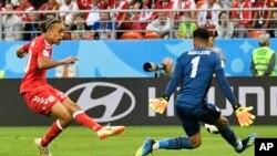Le Danois Yussuf Yurary Poulsen, à gauche, décoche un tir face au gardien péruvien au cours du match du groupe C entre le Pérou et le Danemark à la Coupe du monde de football 2018 à Mordovia Arena à Saransk, Russie, 16 juin 2018.