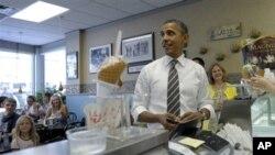 Барак Обама покупает мороженое. Сидар-Рапидс, Айова