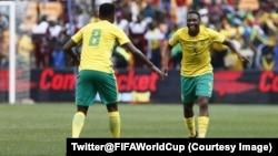 Les Bafana Bafana sud-africains jubilent après un but contre les Etalons burkinabè à Johannesburg, Afrique du Sud, 7 octobre 2017. (Twitter@FIFAWorldCup)