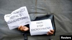 کٹھمنڈو میں بھارتی سفارت خانے کے باہر بھی احتجاج کیا گیا۔ (فائل فوٹو)