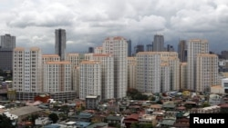 Các tòa chung cư cao tầng phía sau một khu nhà của giới trung lưu trong vùng thủ đô Philippines