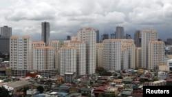 Deretan gedung kondominium di belakang perumahan kelas menengah distrik Mandaluyong, Metro Manila, Filipina. (Photo: Reuters)