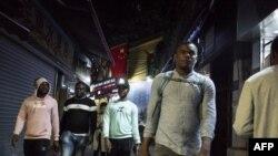 """Pessoas passeiam na """"Pequena África"""" em Guangzhou, em 2018."""
