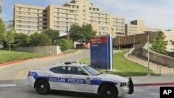 Патрульная машина у Пресвитерианской больницы в Далласе. Техас. 30 сентября 2014.