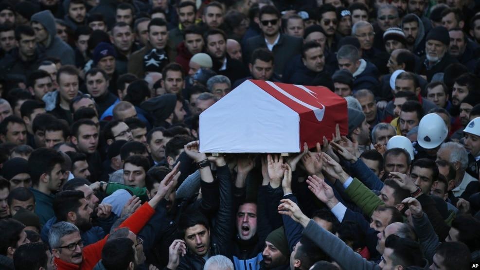 Đám tang của một nạn nhân trong vụ nổ súng ở hộp đêm tại Istanbul, Thổ Nhĩ Kỳ, ngày 02/01/2017.