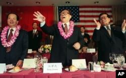 1997年11月2日,中国国家主席江泽民以及国家副主席曾庆红、副总理钱其琛在美国南加州华裔美国人社区的欢迎宴会上挥手致意。