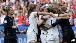Estados Unidos se convierte así en el segundo país que reclama dos Copas Mundiales Femeninas seguidas, después de Alemania.