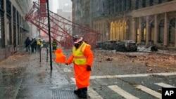 Sebuah crane ambruk di kawasan Tribeca, Lower Manhattan, New York (5/1).