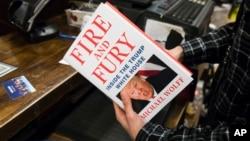 Sách Fire and Fury (Hỏa thịnh nộ) về tổng thống Trump được bán ở Philadelphia, 5/1/2018.