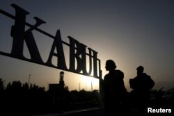 Kabil (Hamid Karzai) Uluslararası Havaalanı önünde nöbet tutan Taleban milisleri