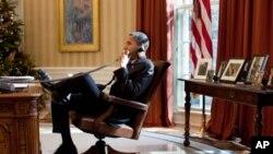 Shugaban Amurka Barack Obama yake magana ta woya a ofishin shugaban kasa da ake kira Oval Office.