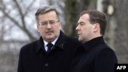 Президент РФ Дмитрий Медведев (справа) и президент Польши Бронислав Коморовский на памятной церемонии под Смоленском. Россия. 10 апреля 2011 года