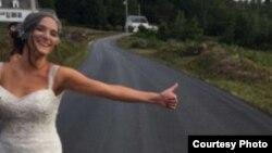 Un conductor comedido llamado Jay se apiadó de la novia y la llevó hasta el lugar de la boda.