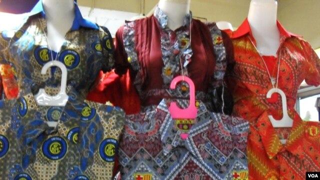Baju-baju batik dengan motif logo berbagai klub sepakbola dunia ternama seperti Barcelona, Inter Milan, dan lainnya dipajang di salah satu toko batik di Solo (foto: Yudha Satriawan).