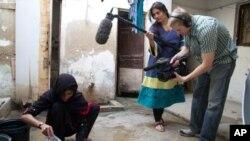 شرمین اپنے ساتھی فلم ساز کے ساتھ ایک منظر عکس بند کرارہی ہیں۔