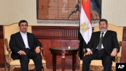 5일 이집트 수도 카이로에서 정상회담 중인 마흐무드 아마디네자드 이란 대통령(왼쪽)과 무함마드 무르시 이집트 대통령.