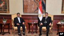 伊朗總統艾哈邁迪內賈德(左)星期二在開羅會晤埃及總統穆爾西