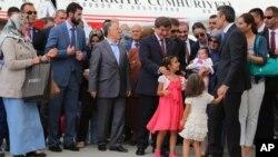 Turski premijer na aerodromu u Ankari dočekuje oslobođene taoce, 20. septembar 2014.