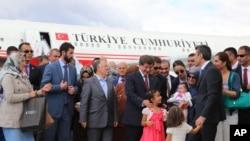 土耳其總理達烏特奧盧和獲得自由的人質在安卡拉機場(2014年9月20日)