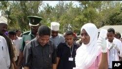 Rais Dk. Ali M Shein akiwafariji walonusurika