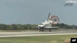 마지막 임무를 마치고 케네디 우주 센터에 착륙하는 디스커버리 호