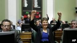 Senator negara bagian Rhode Island Donna Nesselbush (tengah) meluapkan kegembirannya saat senat negara bagian tersebut meloloskan RUU pernikahan sesama jenis (24/5).