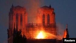 ပါရီၿမိဳ႕လယ္က သမိုင္းဝင္ Notre Dame Cathedral ဘုရားေက်ာင္းႀကီး မီးေလာင္ေနစဥ္ ၁၅ ဧၿပီလ ၂၀၁၉