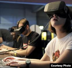 Siswa menggunakan realitas virtual (VR) untuk pendidikan imersif. VR membawa penggunanya ke dunia simulasi. (Courtesy Dell.com)